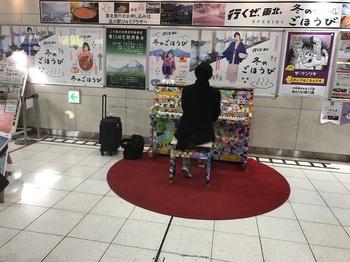 第44回写真「品川駅の駅中ピアノ?」.JPG